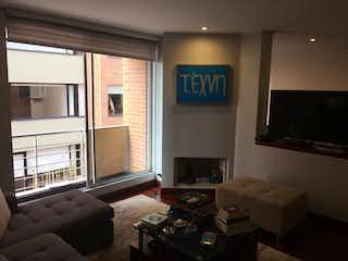 Una sala de estar llena de muebles y una televisión de pantalla plana en Apartamento En Venta en  El Virrey, de 79mtrs2 con balcón