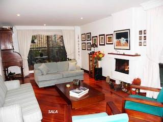 Una sala de estar llena de muebles y una televisión de pantalla plana en Apartamento En Venta En Chicó Navarra, de 198mtrs2 con dos terrazas