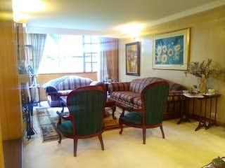 Una sala de estar llena de muebles y una ventana en Casa En Venta En Barrio Niza, de 265mtrs2 con 3 terrazas