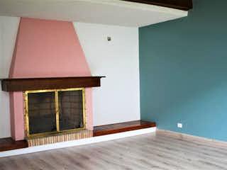 Una habitación con una cama y una mesa en Casa En Venta En Santa Bárbara Occidental de 585mtrs2