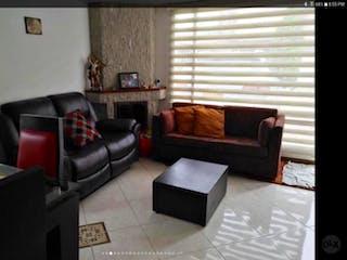 Una sala de estar llena de muebles y una televisión de pantalla plana en Casa en venta Casco Urbano Chía de 150 mt con chimenea