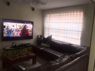 Una sala de estar llena de muebles y una televisión de pantalla plana en Vendo Casa Villa Magdala, Bogotá