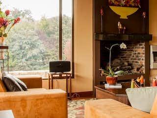 Una sala de estar llena de muebles y una televisión de pantalla plana en alto de potosí