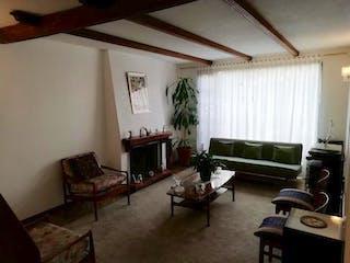 Una sala de estar llena de muebles y una chimenea en Casa en venta en Barrio Modelia de 2 niveles.