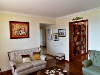 Una sala de estar llena de muebles y un estante de libros en Balcones de Lindaraja