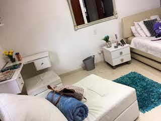 Una sala de estar llena de muebles y una cama en CASA EN VENTA CALLEJA, BOGOTÁ DE 4 NIVELES.