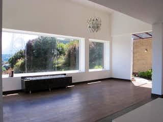Una sala de estar llena de muebles y una ventana en BOSQUES DEL ENCENILLO