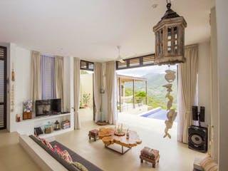 Una sala de estar llena de muebles y una ventana en ALTOS DE KOMULA
