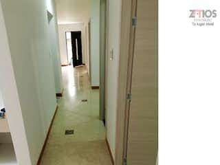 Un cuarto de baño con lavabo y un espejo en Casa en venta en Los Almendros 3 Habitaciones