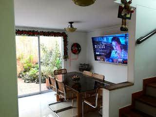 Una sala de estar llena de muebles y una televisión de pantalla plana en Casa en venta en Loma de los Bernal de 87mt2