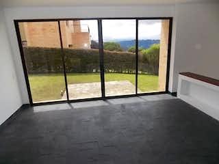 Un cuarto de baño con una puerta de cristal y una gran ventana en -