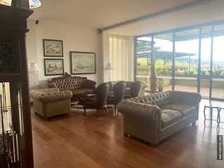 Una sala de estar llena de muebles y una gran ventana en Casa en venta en San Jose De La Concepción de 859m2.