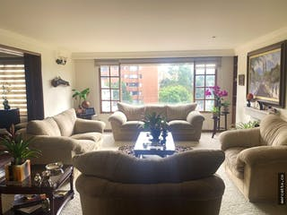 Una sala de estar llena de muebles y una ventana en Apartamento en venta en Barrio Niza de 250m2.