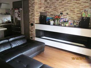 Una sala de estar llena de muebles y una chimenea en Apartamento Dúplex en venta en Ciudad Salitre Oriental de 95mt2