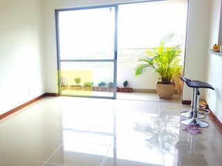 Un cuarto de baño con una ventana y una bañera en Apartamento en venta en Calasanz de tres alcobas