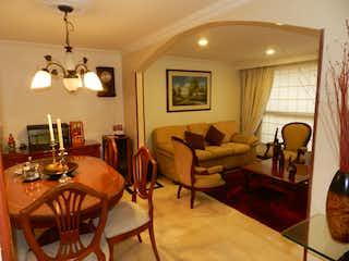 Una sala de estar llena de muebles y una lámpara en