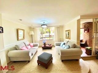 Una sala de estar llena de muebles y una gran ventana en Portal De San Esteban