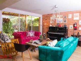 Una sala de estar llena de muebles y una chimenea en Parana