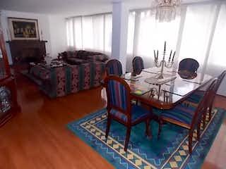 Una sala de estar llena de muebles y una ventana en OPORTUNIDAD VENTA APARTAMENTO CHICO, BOGOTÁ