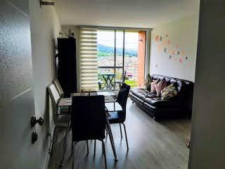 Una sala de estar llena de muebles y una ventana en Apartamento en venta en Casco Urbano Zipaquirá de 70.97mt2 con balcón.