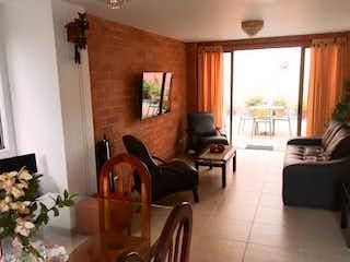 Una sala de estar llena de muebles y una gran ventana en Casa en venta en  Surámerica de 2 niveles.