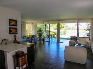 Una sala de estar llena de muebles y una gran ventana en Casa en venta en Llanogrande con terraza