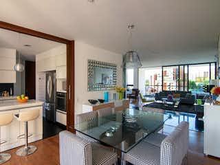 Una cocina con una mesa y sillas en ella en Apartamento en venta en San Lucas con 2 balcones.