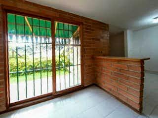 Una habitación que tiene una cama y una ventana en Casa en Venta en Altos de la Pereira, de 120mtrs2