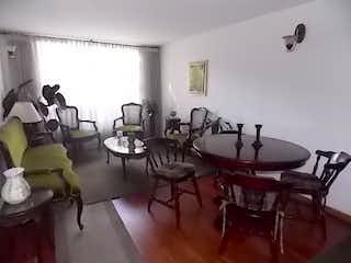 Una sala de estar llena de muebles y una mesa en Vendo Apartamento Gratamira, Bogotá