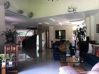 Una sala de estar llena de muebles y una chimenea en Refugio del Esmeraldal