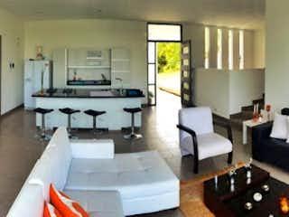 Una sala de estar llena de muebles y una chimenea en Casa en Venta en Casco Urbano Guarne, de 168mtrs2