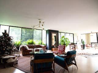 Una sala de estar llena de muebles y una gran ventana en Apartamento en venta en Las Lomas de 290m2.