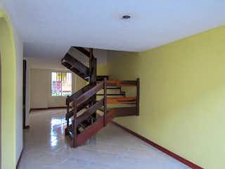Una habitación con una litera y una cama litera en El Rosal