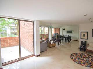 Una sala de estar llena de muebles y una chimenea en Edificio Sierra Linda