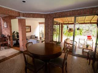 Una sala de estar con una mesa y sillas en Madeira