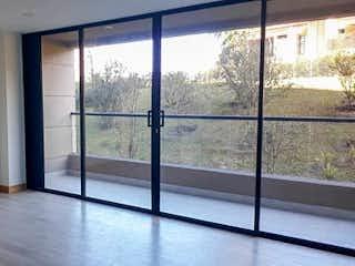 Una ventana con una puerta de cristal y una ventana en Apartamento en venta en Vereda Los Alticos San antonio de Pereira  1 habitacion