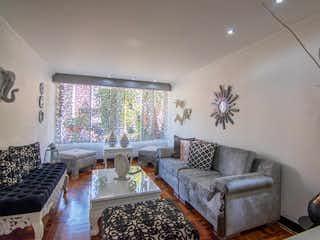 Una sala de estar llena de muebles y una gran ventana en SURABAYA