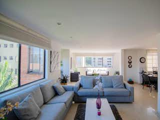 Una sala de estar llena de muebles y una gran ventana en BOSQUES DE MADEIRA