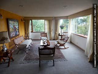Una sala de estar llena de muebles y una gran ventana en Venta apartamento Cerros de Suba, Bogotá - 3 alcobas