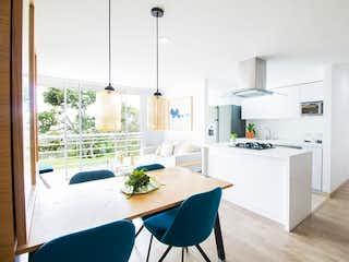 Una cocina con una mesa blanca y sillas en Apartamento en venta en Belén de dos alcobas