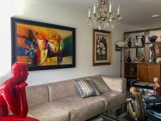Una sala de estar llena de muebles y una televisión de pantalla plana en Casa en venta en San Antonio de Pereira de 153 mt