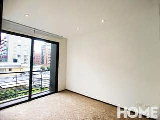 Una vista de una habitación con una puerta corredera de cristal en Apartamento en venta en Chicó Reservado de 60 mt con balcón