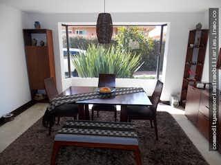 Una sala de estar con un sofá y una mesa en Casa en venta, La Calera zona muy campestre