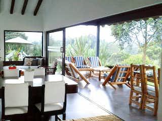 Una sala de estar llena de muebles y una ventana en Casa en Venta  en El Rosal de 400mt2
