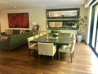 Una sala de estar llena de muebles y una televisión de pantalla plana en Casa en venta en Santa Fe de 450mt2