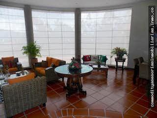 Una sala de estar llena de muebles y una gran ventana en Casa camprestre en Sopo, Cundinamarca - Cuatro alcobas