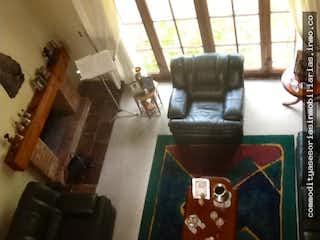 Una sala de estar llena de muebles y una ventana en Casa en Cota, Cundinamarca - Cuatro alcobas