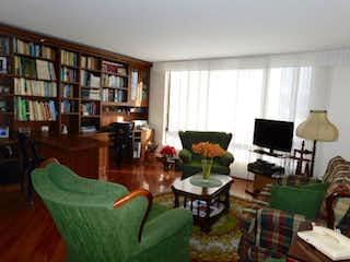 Una sala de estar llena de muebles y una gran ventana en Oikos la Campiña