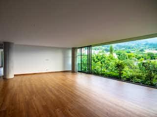 Una sala de estar con un suelo de madera y un gran ventanal en VERDE AVIGNON