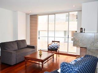 Una sala de estar llena de muebles y una ventana en Apartamento En venta en Chicó Navarra de 107.78mt2